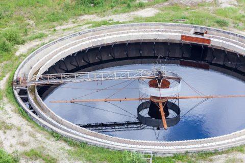 Η κατασκευή διυλιστηρίων νερού περιλαμβάνει απαραίτητα και την κατασκευή μονάδας φίλτρανσης, καθώς και την κατασκευή μονάδας απολύμανσης. Η κατασκευή των μονάδων επεξεργασίας αποβλήτων/νερού περιλαμβάνει και μηχανολογικό εξοπλισμό, όπως είναι ο εξοπλισμός αντλιοστασίων.