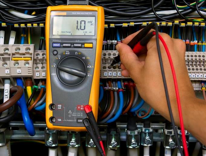 Μέτρηση τάσης με ηλεκτρικό πολύμετρο.